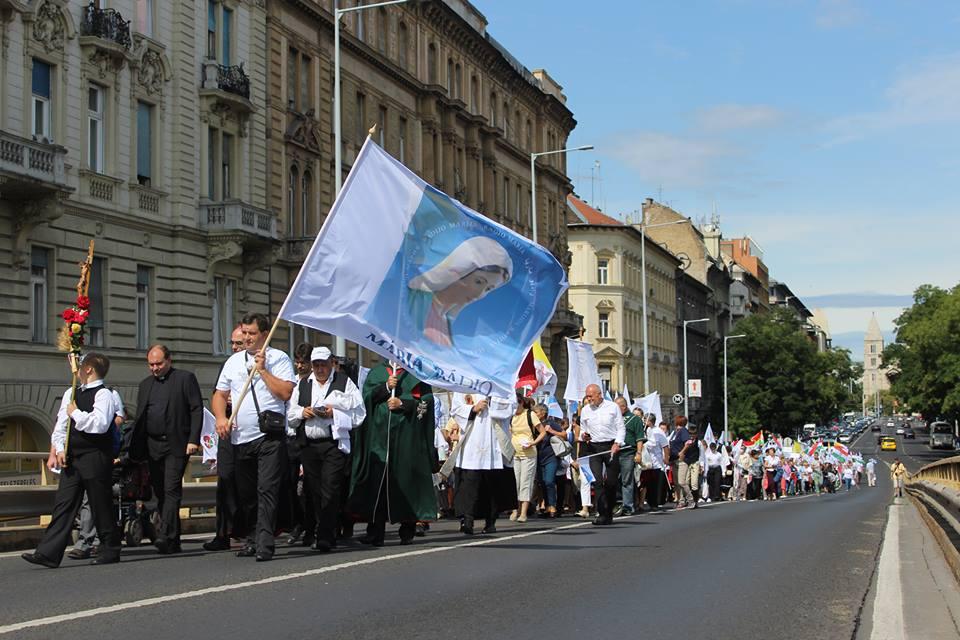 Gyalogos zarándoklat Budapesten a NEK nyitó szentmiséjére